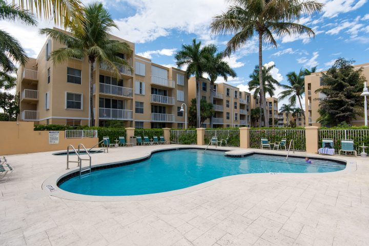 Immobilier Floride Condominium Piscine Bleue à Dania Beach, près de Fort Lauderdale