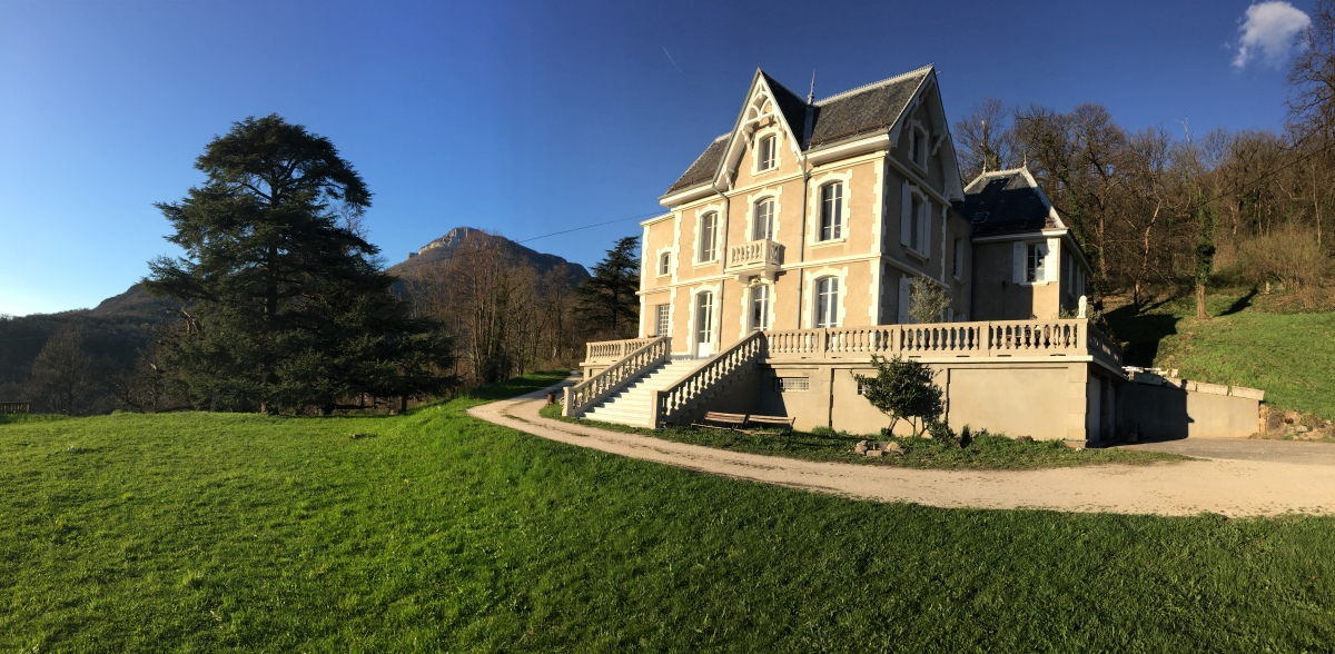 A vendre en France, près de Grenoble, petit château d'époque